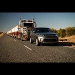 LR Discovery traina un road train (110 tonnellate)